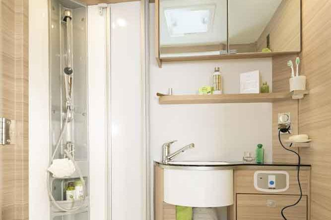 The T / I 6 comes with a roomy shower, an easy-to-access sink and plenty of storage space