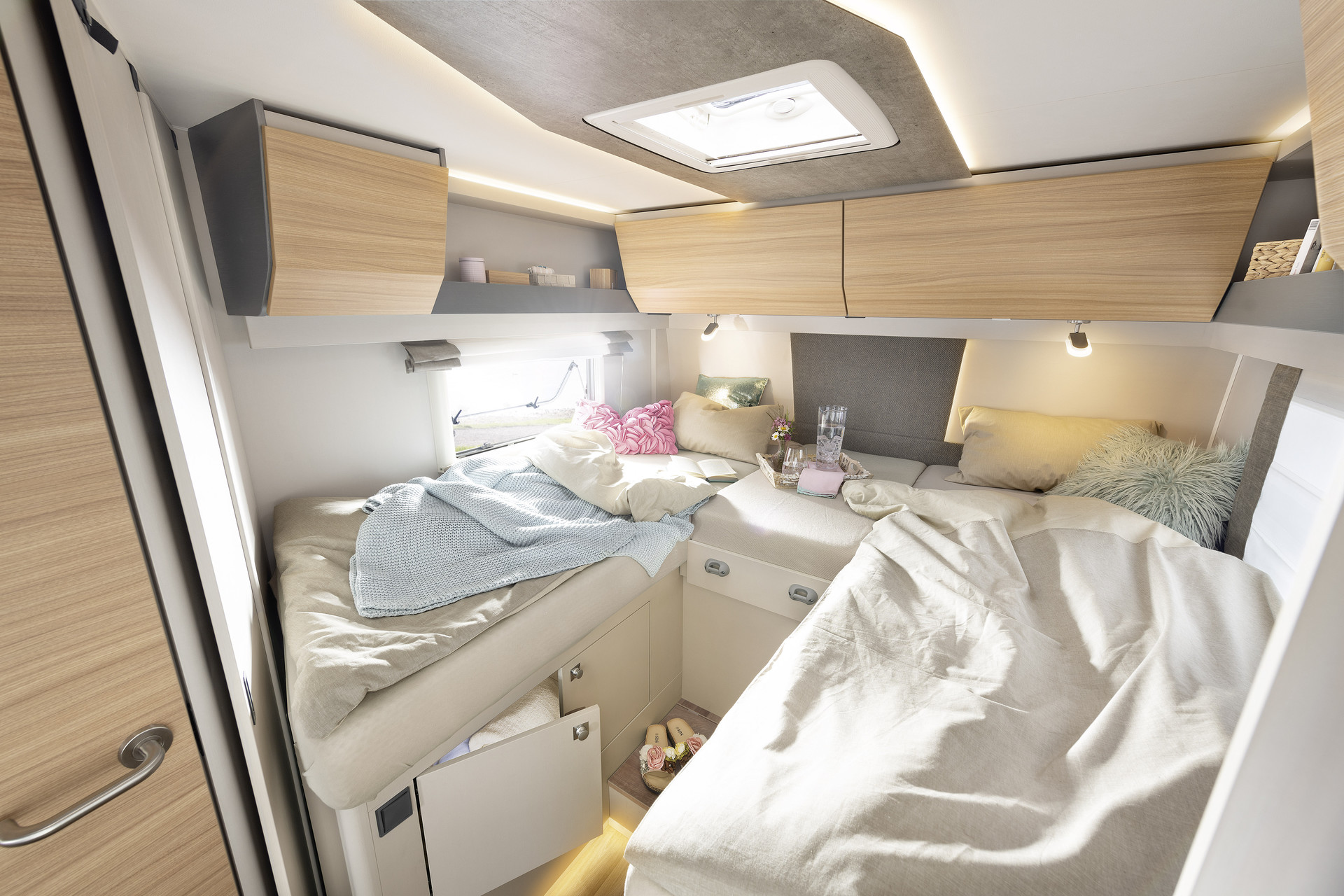 The single beds, which are over two metres long, are connected via the head board and can be optionally converted into a large sleeping area • T / I 7051 EB