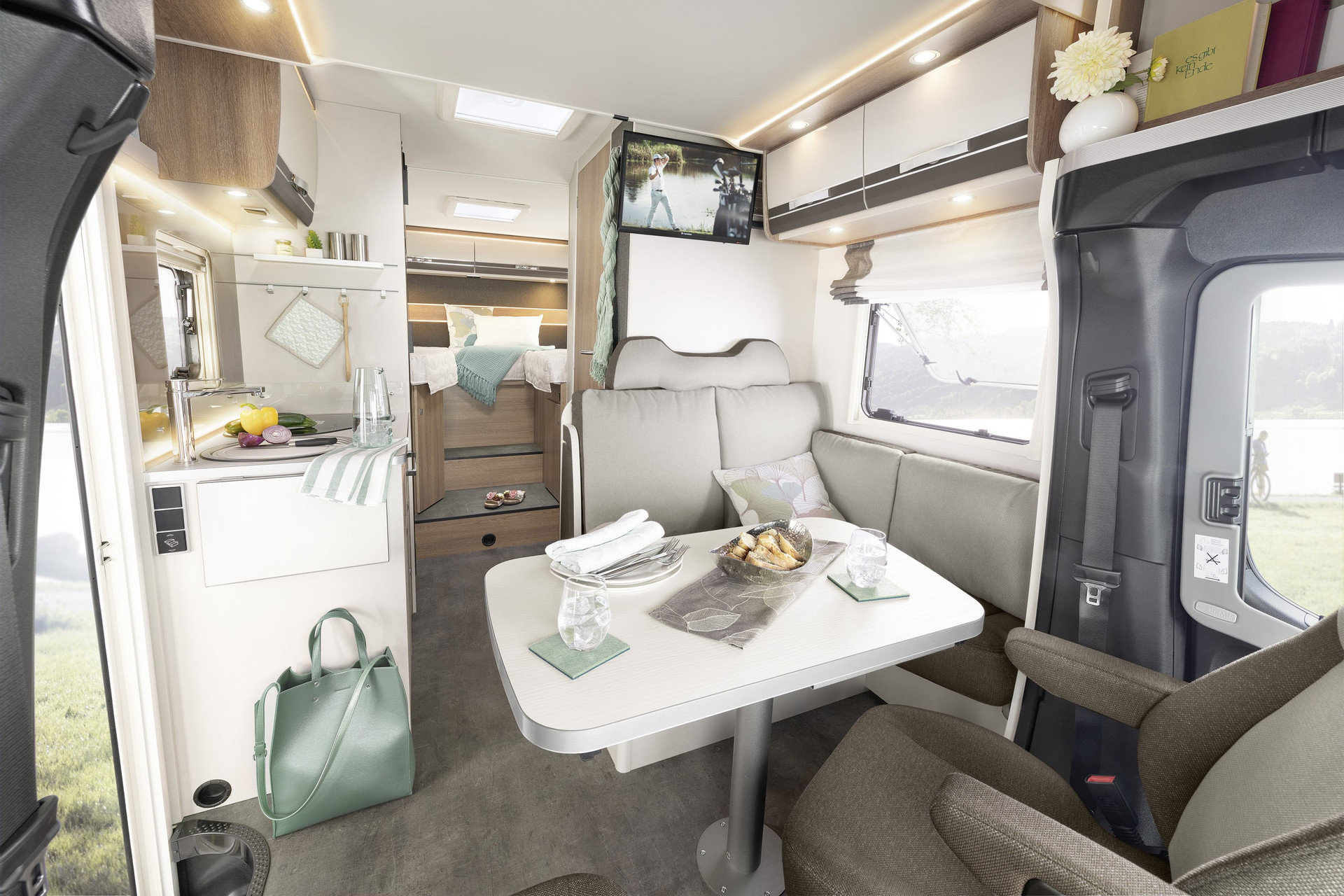 Comfortable, modern, spacious – the popular single-bed layout has a lot to offer due to its compactness, including an optional pull-down bed for an additional berth • T 6613 | La Rocca