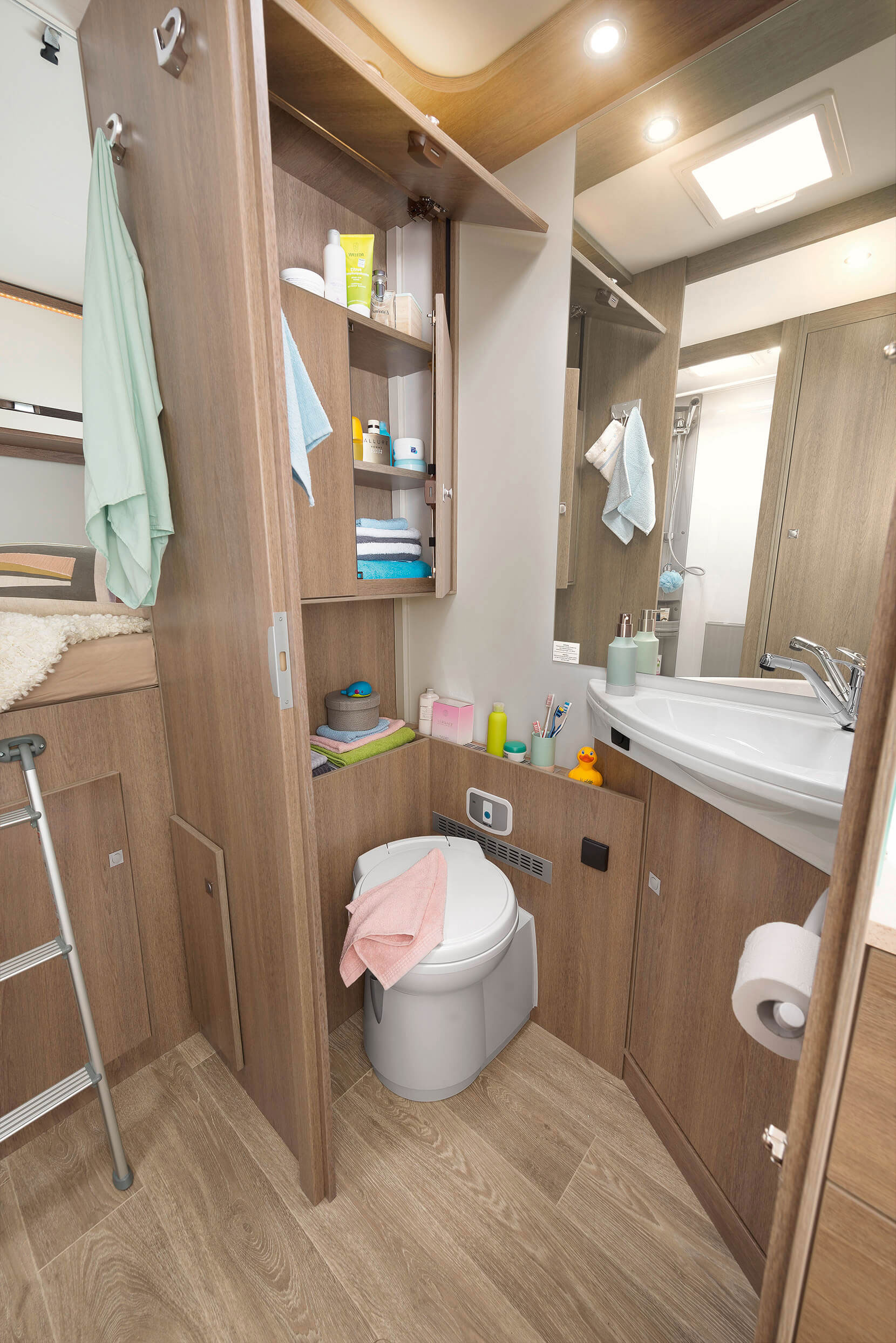 Large bathroom for the whole family with separate shower opposite • A 7877-2