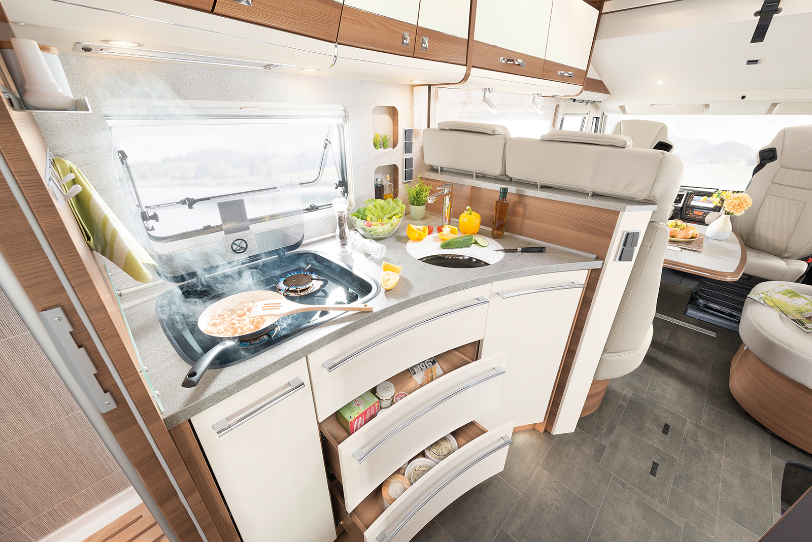 Plenty of cooking fun! The GourmetPlus kitchen brings together everything you need to cook up a storm! With plenty of elbow room and storage space, as well as an automatic locking of the drawers at the start of travel