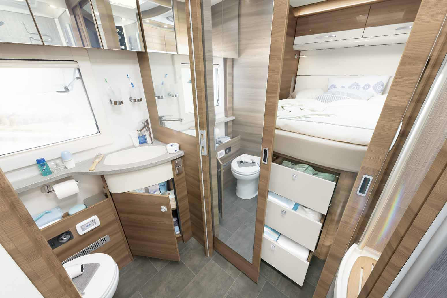 Large bathroom with unbeatable space and storage • A 9050-2